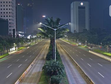 Suasana Malam Bebas Kerumunan di Jalan Utama Jakarta