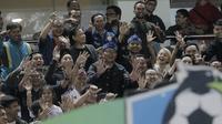 Walikota Bandung, Ridwan Kamil, pada laga lanjutan Liga 1 di Stadion GBLA, Bandung, Rabu, (5/7/2017). Persib menang 2-1 atas PSM. (Bola.com/M Iqbal Ichsan)