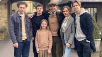 Foto kebersamaan David Beckham dan keluarga saat perayaan tahun baru 2020. (dok. Instagram @davidbeckham/https://www.instagram.com/p/B6y0Q-5BAsd/?igshid=y1d85ittbw3c/Adhita Diansyavira)