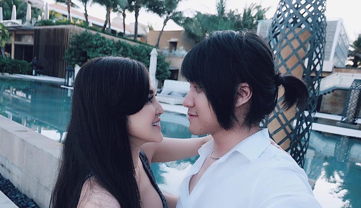 Siapa yang menyangka jika Kevin dan Vicy berkenalan melalui media sosial. Keduanya telah menjalin hubungan sebagai sepasang kekasih sejak akhir 2015 lalu. (Liputan6.com/IG/@kevinaprilio)