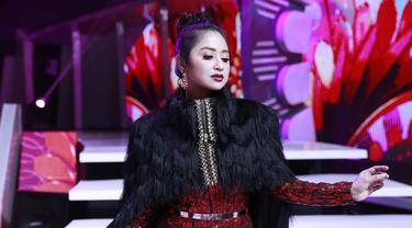 Saat tampil di Dangdut 4 Academy Asia  tahun 2018, Dewi Persik tampil glamour dengan gaun perpaudan warna merah dan hitam. Aksen blink-blink serta bulu-bulu membuat tampilan Depe semakin menawan (KapanLagi/Agus Apriyanto)