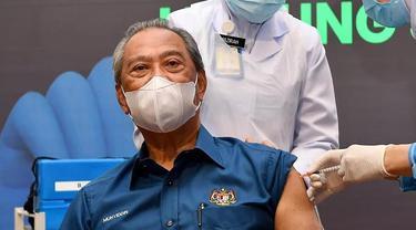 PM Malaysia Muhyiddin Yassin disuntik vaksin COVID-19 buatan Pfizer.
