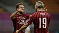 Gelandang AC Milan, Hakan Çalhanoğlu (kiri) berselebrasi dengan rekannya Theo Hernandez usai mencetak gol ke gawang Bologna pada pertandingan lanjutan Liga Serie A Italia di stadion San Siro di Milan, Italia, Sabtu, (18/7/2020). AC Milan menang telak 5-1 atas Bologna. (AP Photo/Luca Bruno)