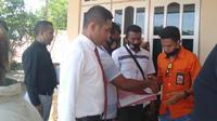 Foto: Seldy Berek, wartawan Sergap id di Kabupaten Malaka didampingi kuasa hukumnya usai mengikuti sidang putusan praperadilan di PN Atambua (Liputan6.com/Ola Keda)