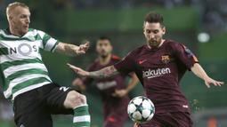 Bintang Barcelona, Lionel Messi, berebut bola dengan bek Sporting Lisbon, Jeremy Mathieu, pada laga Liga Champions di Stadion Alvalade, Lisbon, Rabu (27/9/2017). Sporting kalah 0-1 dari Barcelona. (AFP/Armando Franca)