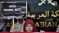 Pengunjuk rasa membawa poster untuk menyuarakan aspirasi di depan Kedubes Arab Saudi, Jakarta, Selasa (20/3). Melalui aksi ini, mereka menuntut pemerintah mengeluarkan nota protes diplomatik kepada Kerajaan Arab Saudi. (Merdeka.com/Iqbal S. Nugroho)