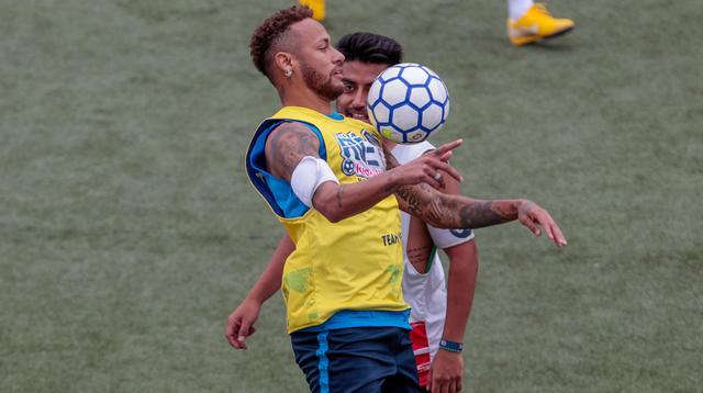 Bintang sepak bola Brasil, Neymar mengontrol bola dengan dadanya saat turnamen untuk badan amal Neymar Junior Project Institute di Praia Grande, Sao Paulo, Brasil, Sabtu (21/7). (Miguel SCHINCARIOL/AFP)