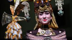 Seorang model memamerkan gaun yang terbuat dari cokelat selama Chocolate Fair di Brussels, Belgia, Kamis (21/2). Pameran ini bertema 'Taste and naturality: Nature offers something to suit all'. (EMMANUEL DUNAND/AFP)