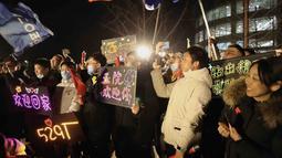 Orang-orang merayakan kedatangan kapsul pembawa pulang (return capsule) wahana antariksa China, Chang'e-5, di Akademi Teknologi Luar Angkasa China di Beijing, China (17/12/2020). Kapsul pembawa pulang wahana antariksa China tersebut mendarat di Bumi pada Kamis (17/12) dini hari. (Xinhua/Jin Liwang)