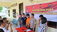 Kapolres Nisel, AKBP I Gede Nakti mengatakan, peristiwa tersebut terjadi di Desa Amuri, Kecamatan Lolowau, Kabupaten Nisel. Pelaku berinisial FDH (27) menusuk bagian intim AB (27) dengan kayu.