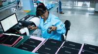 Teknisi wanita mendata tablet PC berteknologi Haier China di sebuah pabrik Industri Informatika, Komunikasi dan Elektronika Kuba (Gedeme) di Havana, Kuba (15/5). (AFP Photo/Adalberto Roque)