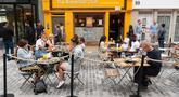Orang-orang bersantap di area terbuka sebuah restoran di London, Inggris, 4 Agustus 2020. Pemerintah Inggris pada Senin (3/8) meluncurkan program diskon untuk mendorong sektor perhotelan dan restoran yang terdampak parah oleh virus corona covid-19. (Xinhua/Ray Tang)