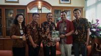 Perwakilan Xpress Air saat bersilaturahmi kepada Wali Kota Solo FX Hadi Rudyatmo di Balai Kota Solo, Selasa (18/2).(Liputan6.com/Fajar Abrori)