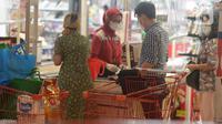 Pembeli membayar barang belanjaan di kasir pusat perbelanjaan Kuningan, Jakarta, Selasa (2/3/2021). Pada Februari 2021, Badan Pusat Statistik (BPS) mencatat laju inflasi sebesar 0,1 persen. Inflasi tersebut turun dari Januari 2021 yang mencapai 0,26 persen. (merdeka.com/Imam Buhori)