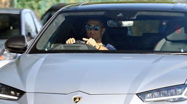 Cristiano Ronaldo mencuri perhatian usai menjalani latihan di Carrington Training Ground, Manchester, Rabu 8 September 2021.Salah satunya karena mobil yang dipakai, yakni super SUV Lamborghini Urus berwarna silver. (Foto: AFP/Paul Ellis)