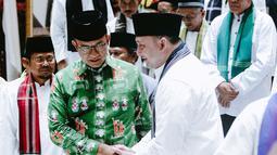 Gubernur DKI Jakarta Anies Baswedan bersalaman dengan marbot masjid Jakarta di Balai Kota, Jumat (9/11). Anies menyebutkan pemberangkatan marbot untuk umrah dilakukan dua tahap. (Liputan6.com/Immanuel Antonius)