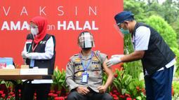 Kapolri Jenderal Pol Idham Aziz menjalani  vaksinasi COVID-19 dosis kedua di Kompleks Istana Kepresidenan, Jakarta, Rabu (27/1/2021). Pada tahapan awal pelaksanaan yang memprioritaskan tenaga kesehatan untuk memperoleh vaksin, diakui terdapat sejumlah kendala. (Rusman/Biro Pers Sekretariat Presiden)