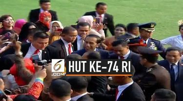 Presiden Joko Widodo menyempatkan diri menyapa warga yang ada di sekitar lingkungan Istana Merdeka sebelum upacara penurunan bendera dilakukan.