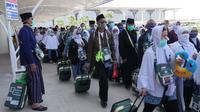 Jemaah haji Indonesai saat menuju bus di Bandara Prince Mohammed bin Abdul Aziz. Darmawan/MCH