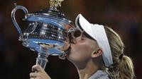 Caroline Wozniacki mengalahkan petenis Rumania, Simona Halep, 7-6 (7-2), 3-6, 6-4, di partai final Australia Terbuka 2018, Sabtu (27/1/2018). (AP Photo/Dita Alangkara)