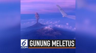 Seorang penumpang pesawat merekam detik-detik Gunung El Popo meletus. Asap tinggi terlihat keluar dari dalam kawah menuju langit.