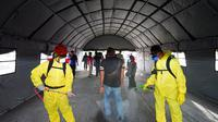 """Para penumpang kapal yang memasuki Pelabuhan Pelabuhan ASDP Ketapang Banyuwangi diwajibkan melalui """"terowongan"""" disinfeksi."""