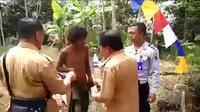 Tangkapan layar video Bupati Banjarnegara, Budhi Sarwono mengenakan baju ke pria gangguan jiwa yang tanpa busana. (Foto: Liputan6.com/Istimewa/Muhamad Ridlo)