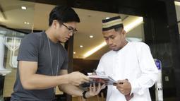 Pemain Indonesia, Andik Vermansah, memberikan tanda tangan kepada fans asal Singapura di Hotel Peninsula, Singapura, Jumat (9/11). Indonesia akan melawan Singapura pada laga Piala AFF 2018. (Bola.com/M. Iqbal Ichsan)