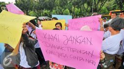 Penghuni Rusun Kapuk Muara saat aksi di depan kantor Gubernur DKI Jakarta, Jumat (29/4). Mereka memprotes tindakan Pemprov DKI Jakarta yang memaksa mereka keluar sebelum perjanjian sewa berakhir. (Liputan6.com/Yoppy Renato)