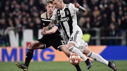 Aksi Federico Bernadeschi berusaha melewati pengawasan Frankie De Jong pada leg kedua laga perempat final Liga Champions yang berlangsung di Stadon Allianz, Turin, Rabu (17/4). Juventus kalah 1-2 Kontra Ajax. (AFP/Filippo Monteforte)