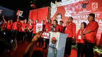 Ketua Umum PDIP, Megawati Soekarnoputri mengangkat tangan kanan ke atas dengan posisi jari mengacungkan simbol metal pada pesta rakyat di Jakarta, Minggu (18/2). PDIP mendapatkan nomor urut tiga sebagai peserta Pemilu 2019. (Liputan6.com/Faizal Fanani)