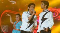 Penyanyi jebolan 'D Academy' Rizky dan Ridho tampil di panggung Move On Party 2016 di pantai karnaval Ancol, Jakarta, (31/12). Sejumlah artis papan atas Indonesia turut menghibur Masyarakat yang berkunjung ke pantai Ancol. (Liputan6.com/Herman Zakharia)
