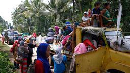 Warga bersiap menaiki truk yang akan membawa mereka ke tempat yang lebih aman, Filipina, Senin (29/5). Kota Marawi sedang terjadi baku tembak antara pasukan pemerintah dengan kelompok Maute. (AP Photo / Bullit Marquez)