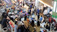 Pembeli memilih pakaian yang dijual di Mal Ciputra Semarang, Selasa (12/6). Menjelang Idul Fitri 1439 H, sejumlah pusat perbelanjaan mulai berlomba-lomba memberikan diskon agar menarik minat pengunjung untuk berbelanja. (Liputan6.com/Gholib)