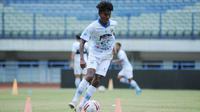 Gelandang muda Persib U-18, Saiful. (Bola.com/Erwin Snaz)