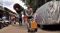 Pengamen ondel-ondel saat berkeliling di kawasan Senen, Jakarta, Kamis (27/12). Pembinaan dilakukan agar para penggiat seni khas Betawi tersebut tidak lagi mencari uang di jalanan. (Merdeka.com/Iqbal S. Nugroho)