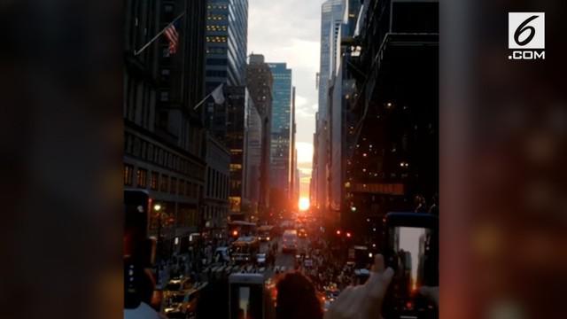 Warga Manhattan memadati jalanan utama di Borough untuk melihat keindahan fenomena Manhattanhenge yang terjadi dua kali setahun.