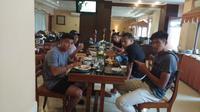 Para pemain PSCS Cilacap saat sarapan di hotel jelang laga kontra Persis Solo di laga pekan pertama Liga 2 2020, Sabtu (14/3/2020). Para pemain PSCS dianjurkan tidak keluar dari hotel menyusul status KLB Corona di Kota Solo. (Bola.com/Gatot Susetyo)