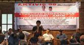 Aktivis 98 Adian Napitupulu (tengah) bersama sejumlah aktivis berbicara dalam diskusi sekaligus syukuran kemenangan capres-cawapres nomor urut 01 Joko Widodo atau Jokowi dan Ma'ruf Amin versi quick count di Jakarta, Minggu (21/4). Diskusi bertajuk 'Setelah Menang Mau Apa?'. (Liputan6.com/JohanTallo)