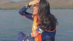 Apalagi saat Juara I Putri Kartini Photogenic 2019 di Malang bergaya candid seperti ini saat liburan. Dengan tersenyum manis, Keisya semakin terlihat semakin menawan saja penampilannya. (Liputan6.com/IG/@keisyalevronka)