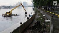 Petugas menggunakan alat berat mengeruk endapan lumpur di Danau Sunter, Jakarta. Rabu (20/12). Pengerukan dilakukan sebagai langkah antisipasi banjir seiring datangnya musim hujan. (Liputan6.com/Immanuel Antonius)