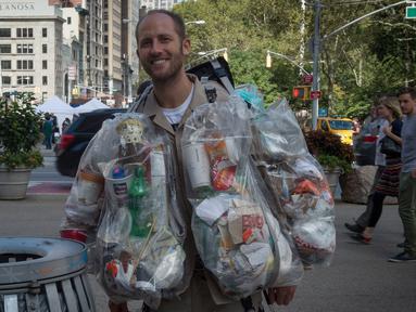 Aktivis lingkungan, Rob Greenfield melakukan kampanye peduli lingkungan di New York, AS, 4 September 2016. Rob membuang berbagai sampah yang ia hasilkan selama satu bulan ke tempat sampah plastik yang tertempel di tubuhnya. (AFP Photo/Bryan R. Smith)