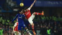 Striker Chelsea, Tammy Abraham berebut bola dengan penyerang Arsenal, Gabriel Martinelli pada lanjutan pertandingan Liga Inggris di Stamford Bridge, Selasa (21/1/2020). Chelsea gagal memetik hasil maksimal usai ditahan Arsenal dengan skor 2-2. (AP Photo/Leila Coker)