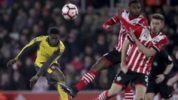 Aksi pemain Arsenal, Danny Welbeck melepaskan tembakan melewati hadangan para pemain Southampton  pada putaran keempat Piala FA musim 2016-2017 di St Mary's Stadium,  (28/1/2017. Arsenal menang 5-0. (Nick Potts/PA via AP)
