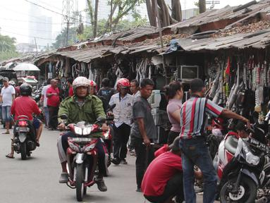 Pedagang aksesoris motor bekas menjajakan dagangannya di lokasi sementara (loksem) 37 di Jalan Kalibaru Timur, Senen, Jakarta (8/1). Loksem di kawasan Senen yang dibangun sejak tahun 1980 ini akan direnovasi total. (Liputan6.com/Angga Yuniar)