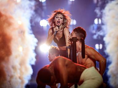 Penyanyi Taylor Swift saat membawakan lagu selama Taylor Swift 1989 World Tour Live In Los Angeles di Staples Center, Los Angeles, California, USA (22/8/2015). (AFP/ Christopher Polk)