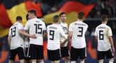 Para pemain Jerman merayakan gol yang dicetak oleh Leon Goretzka ke gawang Serbia  pada laga persahabatan di Stadion Volkswagen, Rabu, (20/3). Jerman ditahan imbang 1-1 oleh Serbia. (AFP/Chirstian Charisius)