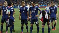 Para pemain Jepang menyapa suporter usai dikalahkan Belgia pada babak 16 besar Piala Dunia di Rostov Arena, Rostov-on-Don, Senin (2/6/2018). Belgia menang 3-2 atas Jepang. (AP/Pavel Golovkin)