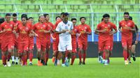 Pemain Arema FC berlatih untuk pertama kalinya pada 2021 di Stadion Kanjuruhan, Malang, Senin (22/2/2021) sore WIB. (Bola.com/Iwan Setiawan)