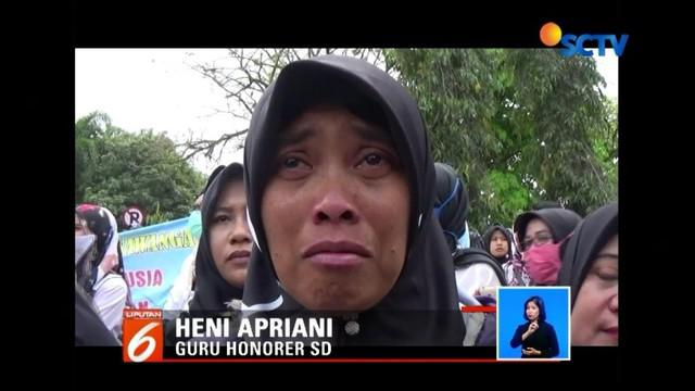 Ratusan guru serta tenaga honorer di Ciamis, Jawa Barat, turun ke jalan. Mereka yang telah berpuluh tahun mengabdi ini menyuarakan satu tuntutan agar diangkat menjadi PNS tanpa syarat.